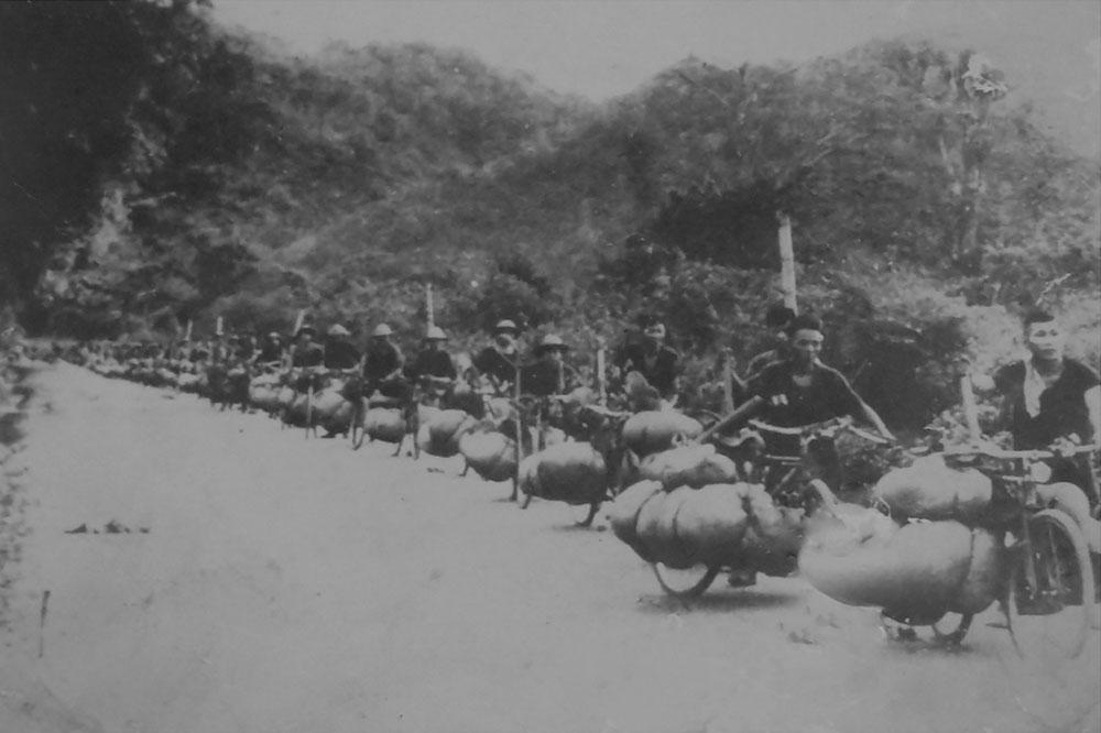 Dân công dùng xe đạp thồ phục vụ chiến dịch Điện Biên Phủ (Ảnh tư liệu)