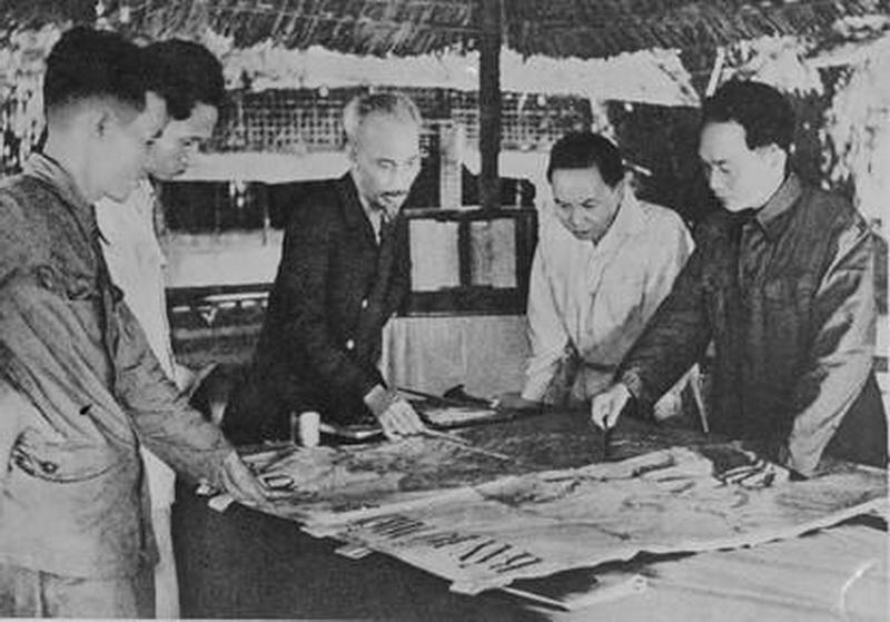 Quân ủy báo cáo và duyệt lần cuối kế hoạch tác chiến Đông-Xuân 1953-1954, đồng thời quyết định mở Chiến dịch Điện Biên phủ với quyết tâm tiêu diệt bằng được tập đoàn cứ điểm này. (Ảnh: Tư liệu TTXVN)