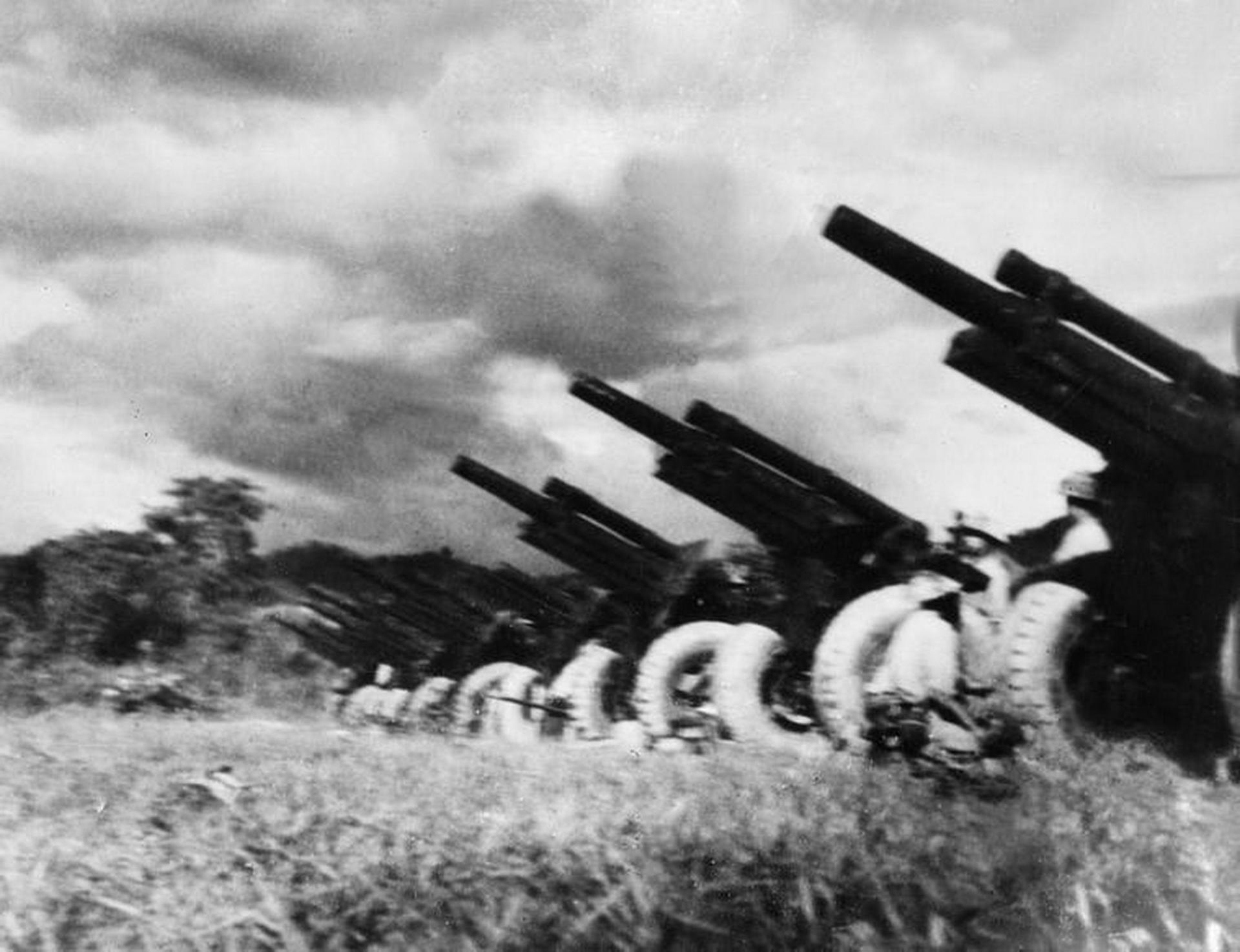 """Lực lượng pháo binh với sự có mặt của lựu pháo 105 mm bố trí xung quanh lòng chảo Điện Biên của ta đã tạo thành """"quả đấm thép"""" chi viện hỏa lực kịp thời, chính xác, áp chế địch, tạo cơ hội để bộ binh ta đánh các trận then chốt, quyết định, bóc dần Tập đoàn cứ điểm Điện Biên Phủ. Tuy còn non trẻ, nhưng pháo binh đã góp phần vô cùng quan trọng vào chiến thắng Điện Biên Phủ, đánh dấu sự trưởng thành vượt bậc của lực lượng pháo binh Việt Nam. (Ảnh: Tư liệu TTXVN)"""