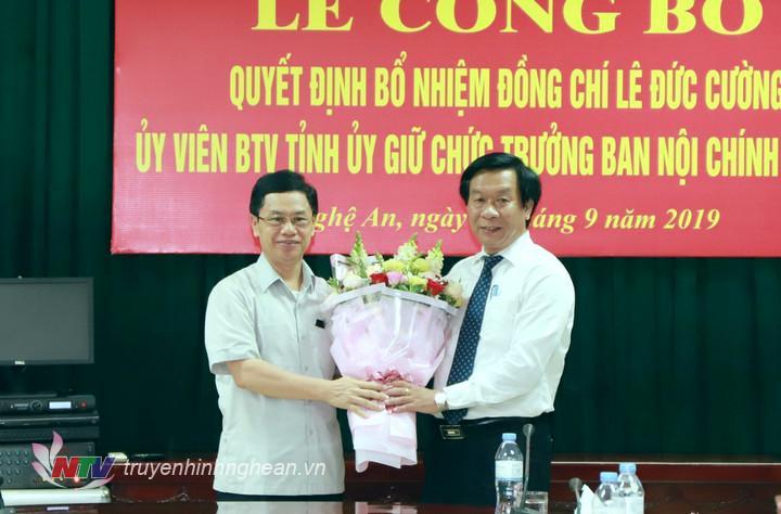   Đồng chí Nguyễn Xuân Sơn - Phó Bí thư Thường trực Tỉnh ủy, Chủ tịch HĐND tỉnh tặng hoa chúc mừng đồng chí Lê Đức Cường.  