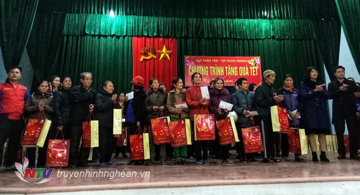337 suất quà đã được trao cho các hộ nghèo ở Nam Đàn