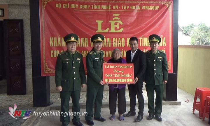 Bộ chỉ huy BĐBP Nghệ An trao kinh phí hỗ trợ xây dựng nhà tình nghĩa cho thân nhân gia đình Anh hùng LLVTND Trần Văn Trí