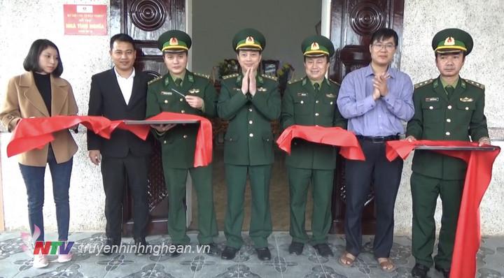 Các đại biểu cắt băng khánh thành và đưa vào sử dụng nhà tình nghĩa cho thân nhân gia đình Anh hùng LLVTND Trần Văn Trí