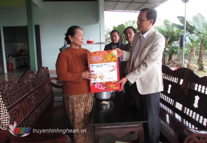 Đại diện lãnh đạo huyện trao quà cho hộ gia đình chính sách ở