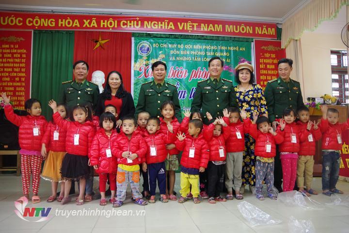 Trao áo ấm cho trẻ em nghèo xã Tam Quang, Tương Dương.