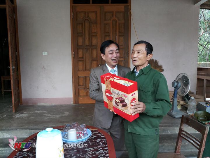thăm hỏi tặng quà cho ông Phan Văn Lý TB 4/4 xóm Hộc Mợi, Châu Thái Quỳ Hợp