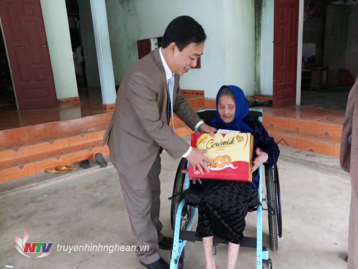 Đồng chí Phan Đình Đạt, thăm hỏi tặng quà cho bà Quán Thị Ngoạt, mẹ liệt sỹ ở bản Còn Châu Quang, Quỳ Hợp.