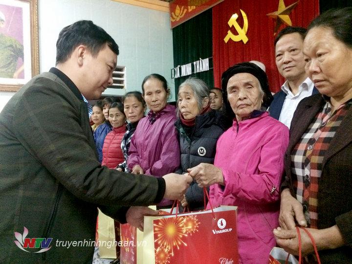 Đại diện diện Sở LĐTB&XH trao quà Tết cho các hộ nghèo ở xã Minh Thành.