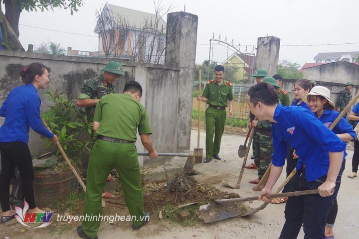 CB, ĐVTN Bộ CHQS tỉnh phối hợp cùng ĐVTN Trại giam Nghi Kim - Công an tỉnh tham gia dọn dẹp vệ sinh Nhà văn hóa và hệ thống đường làng xóm 9 xã Nghi Kim, TP Vinh