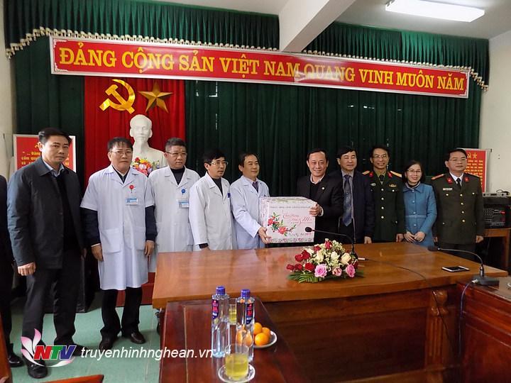 Đoàn chúc tết tặng quà cán bộ nhân viên Trung tâm y tết Quỳ Hợp