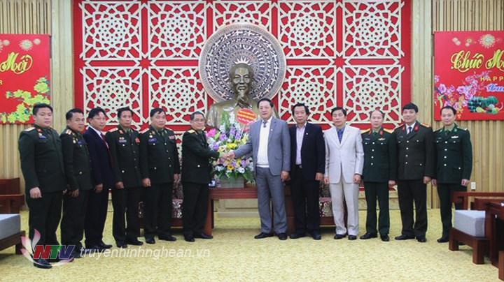 Đoàn công tác tỉnh Hủa Phăn tặng lẵng hoa tươi chúc mừng năm mới tỉnh Nghệ An.