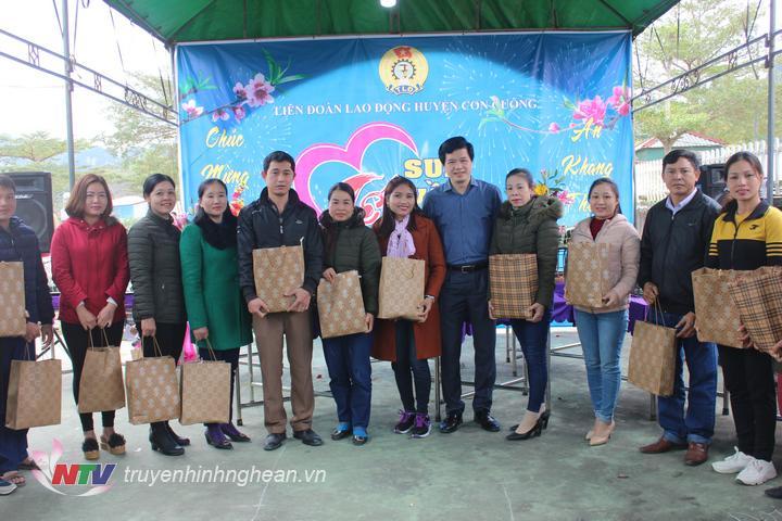 Đồng chí Nguyễn Đình Hùng Bí thư huyện ủy Con Cuông trao quà của Liên đoàn Lao động huyện cho 20 công chức viên chức có hoàn cảnh khó khăn nhân dịp tết đến xuân về