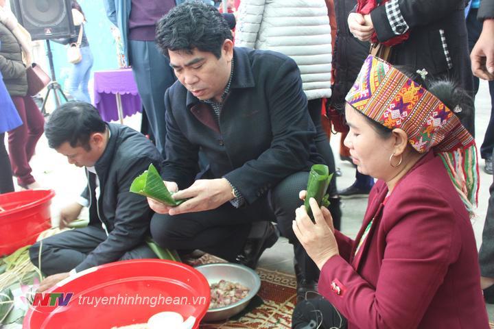 đồng chí Vi Văn Sơn Chủ tịch UBND huyện Con Cuông tham gia vui hội gói bánh chưng truyền thống của đồng bào dân tộc Thái