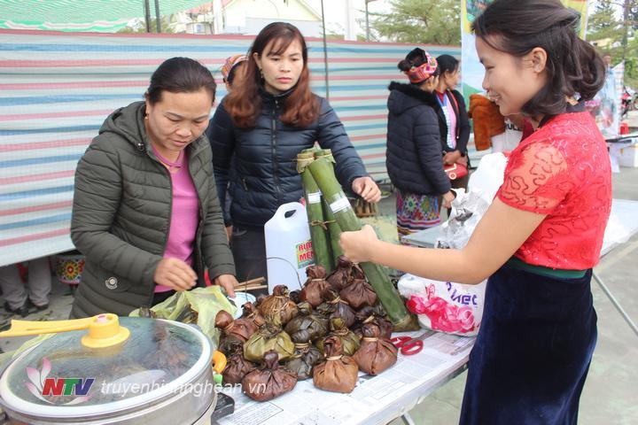 món Mọc và rau cải muối ống nứa được bà con xã Đôn Phục bày bán được người tiêu dùng yêu thích.