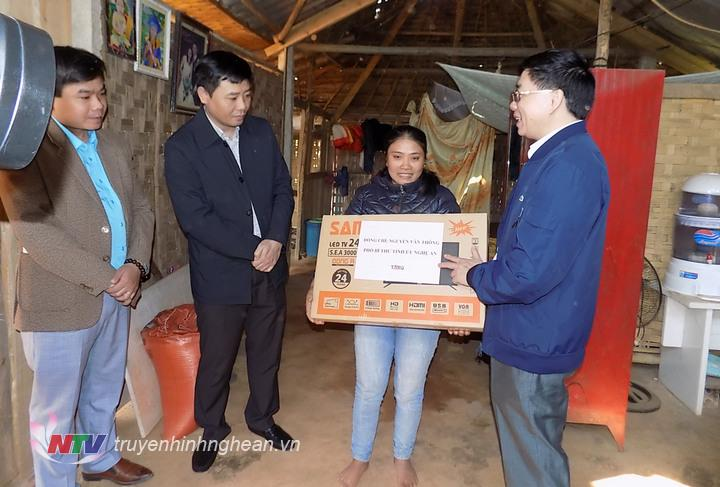 Dịp này cá nhân đồng chí Nguyễn Văn Thông đã trao 4 chiếc ti vi cho 4 gia đình là ông Quang Văn Chương, Lương Thị Bảo ở bản Dé,hộ ông Vi Văn Nam và hộ ông Kềm Văn Sơn ở Bản Thơ.