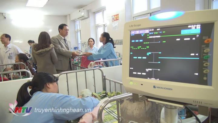Phó Chủ tịch UBND Lê Minh Thông động viên người nhà các bệnh nhi tại BV Sản Nhi Nghệ An.