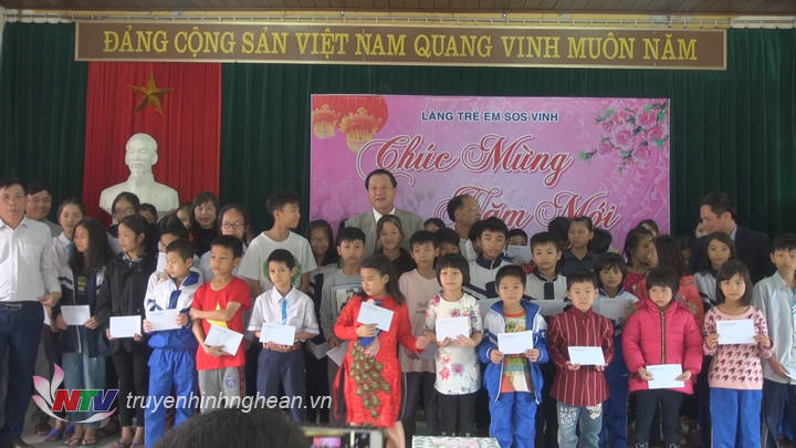 Phó Chủ tịch UBND tỉnh trao quà cho trẻ em làng trẻ SOS.