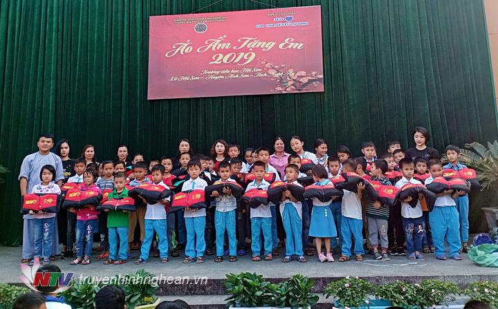 trao tặng áo ấm cho các em học sinh nghèo ở trường tiểu học xã Hội Sơn, Anh Sơn.