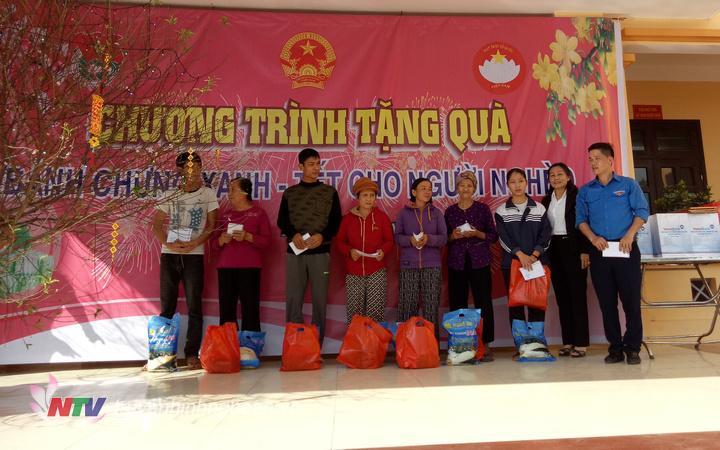 Trao quà cho các hộ nghèo, hộ đặc biệt khó khăn tại Thị trấn Nam Đàn,