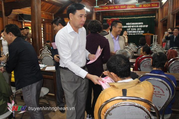 Trao quà Tết cho các hộ nghèo xã Châu Quang.