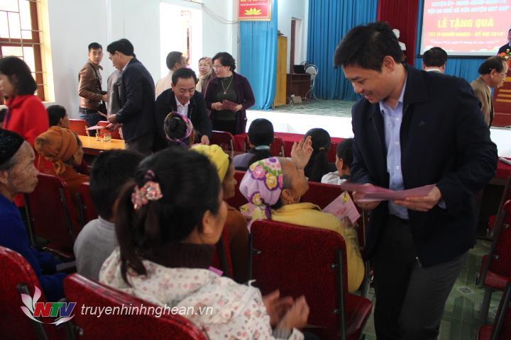 Tặng quà cho các hộ nghèo xã Châu Thái.