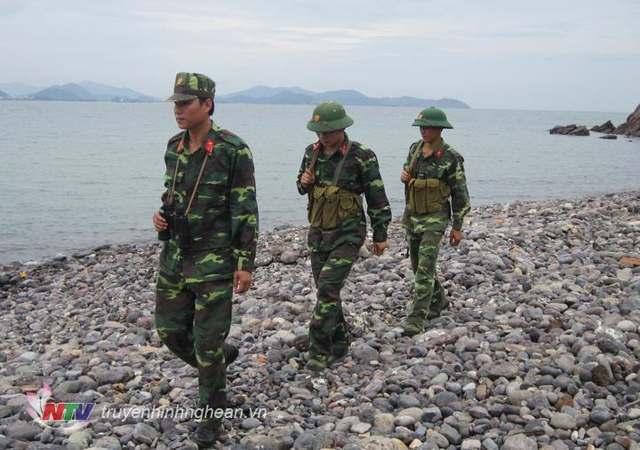 Cán bộ, chiến sĩ Đại đội 33 Đảo Ngư tuần tra bảo vệ đảo.