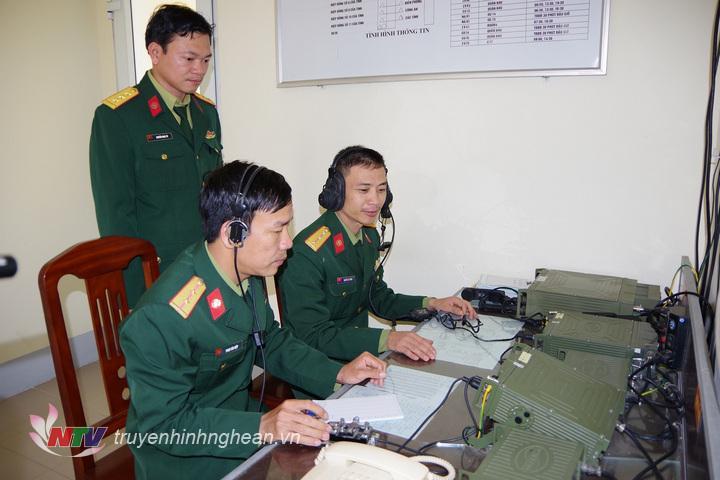 Cán bộ, chiến sỹ Đại đội Thông tin 18 thực hiện nhiệm vụ trực, bảo đảm thông tin liên lạc thông suốt trong dịp tết
