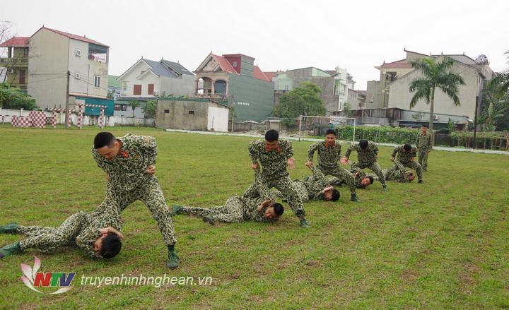 CB, CS Đại đội 20 luyện tập võ thuật chiến đấu tay không