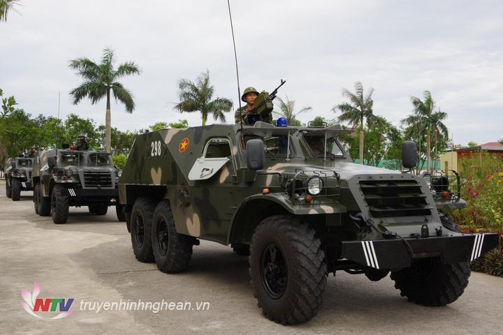 Đại đội Thiết giáp BTR-152 luyện tập phương án di chuyển, sẵn sàng chiến đấu.