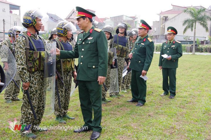 Đại tá Trần Văn Hùng, Ủy viên Ban thường vụ Tỉnh ủy, Chỉ huy trưởng Bộ CHQS tỉnh kiểm tra công tác trực, SSCĐ của  CB, CS Đại đội 20