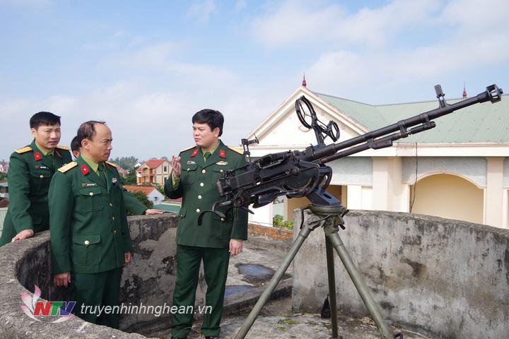 Thượng tá Thái Đức Hạnh, Chính ủy Bộ CHQS tỉnh kiểm tra phân đội phòng không 12,7mm của Ban CHQS huyện Diễn Châu
