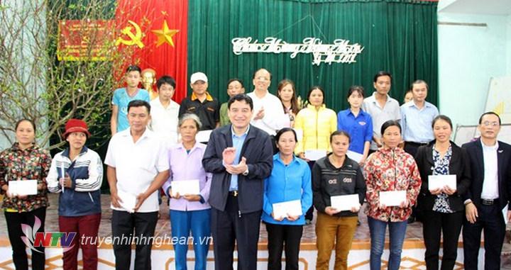 Bí thư Tỉnh ủy Nguyễn Đắc Vinh và các đại biểu, nhà hảo tâm trao quà Tết đến hộ nghèo huyện Yên Thành.