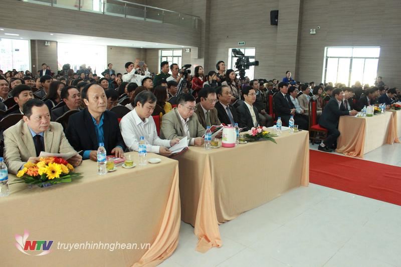 Các đại biểu tham dự lễ khai mạc.