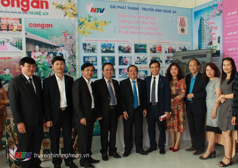 Các đại biểu chụp hình lưu niệm trước gian hàng của Đài PTTH Nghệ An.