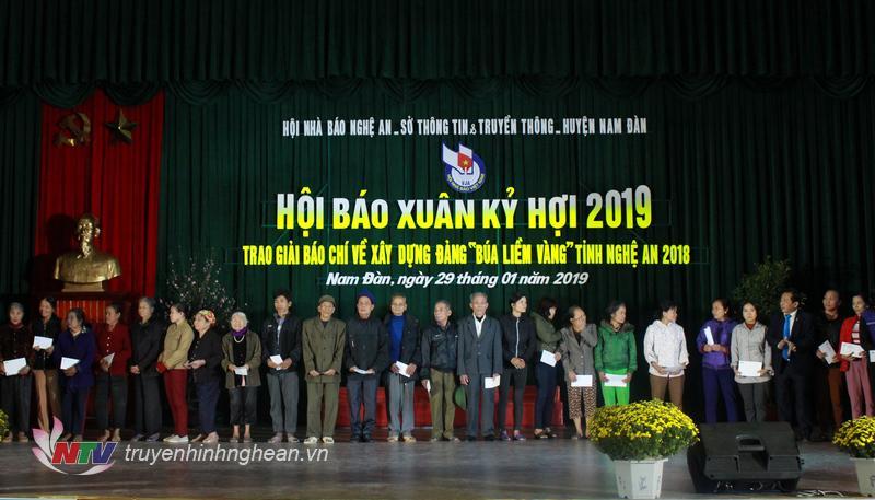 Trao 40 suất quà của Báo Nhân dân, Hội Nhà Báo Nghệ An và Đài VTC cho gia đình khó khăn, học sinh nghèo vượt khó.