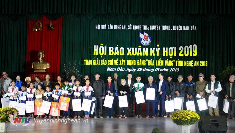 Phó Bí thư Thường trực Nguyễn Xuân Sơn trao 20 suất quà cho các hộ gia đình tiêu biểu có công với nước và học sinh nghèo trên địa bàn huyện Nam Đàn.