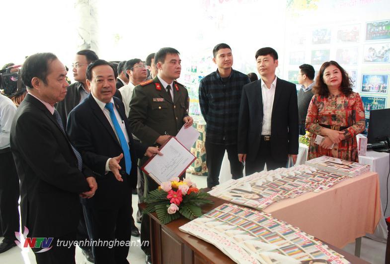 Các đại biểu tham quan gian trưng bày các ấn phẩm .....