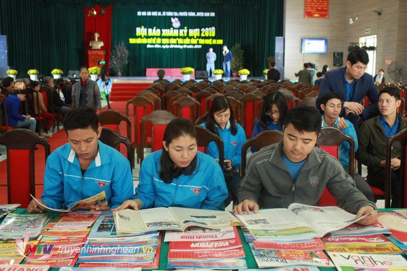 Các đại biểu đọc các ấn phẩm, tác phẩm nghệ thuật tại Hội Báo Xuân Kỷ Hợi.