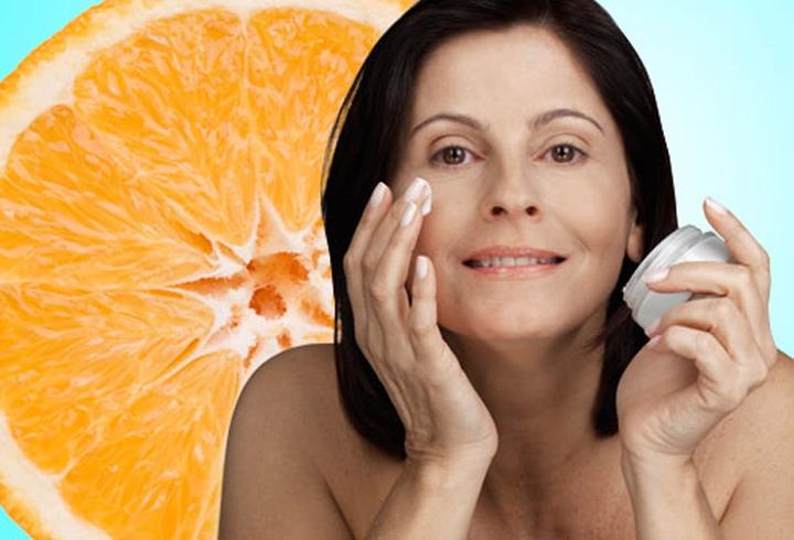 Đắp vitamin C: Một số nghiên cứu đã chỉ ra rằng vitamin C thúc đẩy da sản sinh collagen. Vitamin C bảo vệ da khỏi tổn thương do tia UVA và UVB, giúp giảm mẩn đỏ, các chấm đen và da không đều màu. Bạn cần sử dụng loại mỹ phẩm chứa loại vitamin C phù hợp.