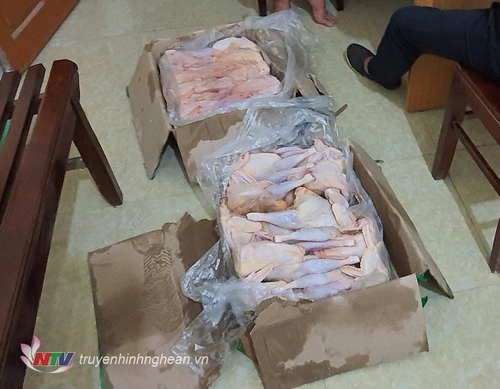 Tang vật thu giữ tại hiện trường là 26 kg gà không đầu, không chân.