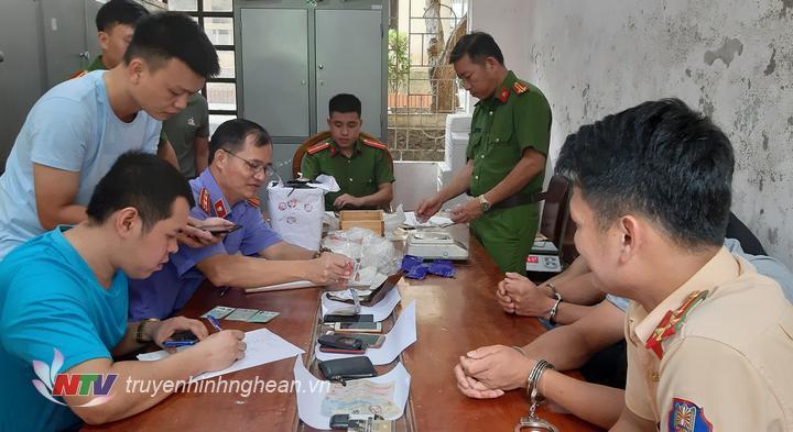 Lực lượng chức năng đang làm nhiệm vụ phân loại ma túy thu được trong chuyên án 819M.