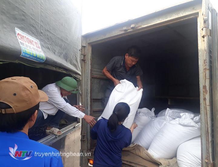 Vận chuyển gạo cứu đói về các xã. (Tư liệu)