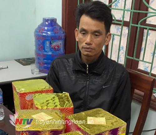 Đối tượng Nguyễn Văn Chung và tang vật.