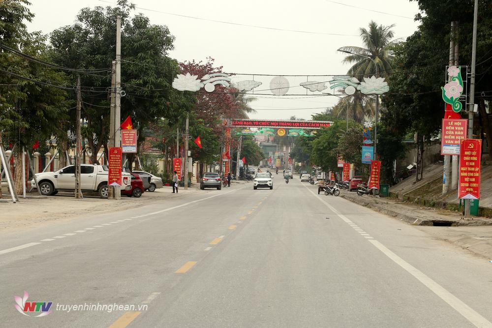 Quốc lộ 7 qua địa bàn thị trấn Thạch Giám được trang hoàng với cờ Đảng, cờ Tổ quốc, pano…trông rất rực rỡ.