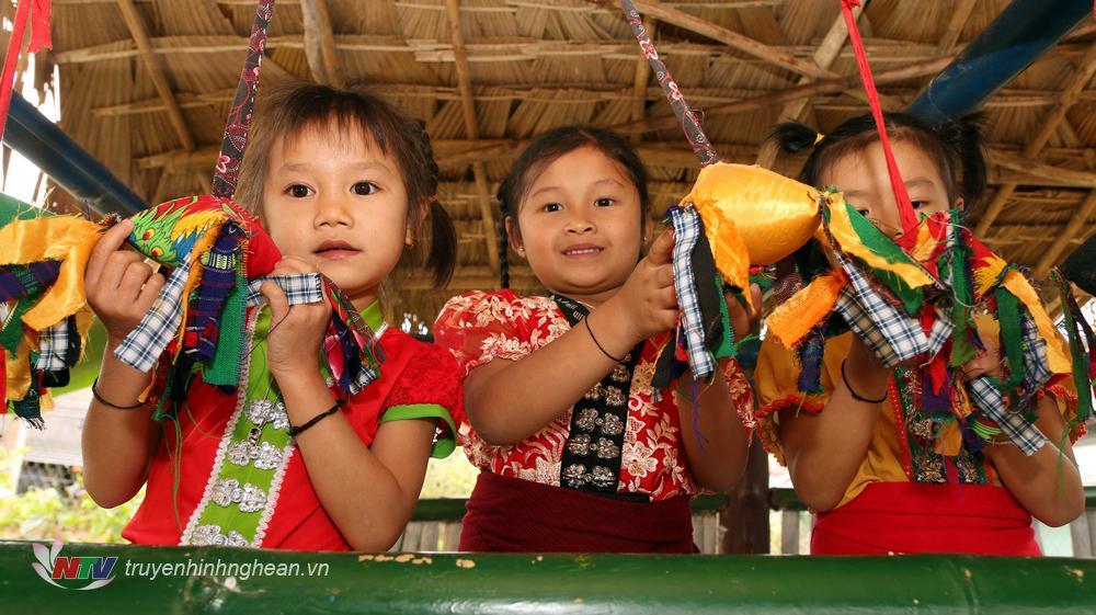 Phía trong ngôi nhà truyền thống được trưng bày các dụng cụ sinh hoạt hàng ngày, các loại nhạc cụ, trang phục các dân tộc…để giúp trẻ hiểu và biết quý trọng vốn văn hóa truyền thống của dân tộc.