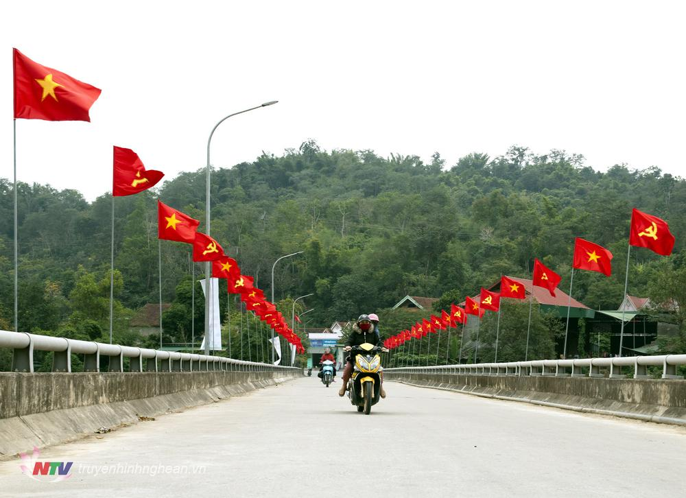 Cầu Cửa Rào thuộc địa phận xã Xá Lượng, Tương Dương rực rỡ trước ngày Đại hội.