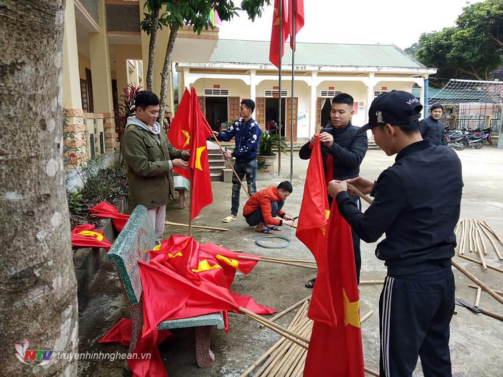 """""""Chúng em rất đối tự hào và vinh dự khi được giao nhiệm vị cắm cờ tại các tuyến đường trong xã"""" một đonà viên xã Tam Đình cho biết."""