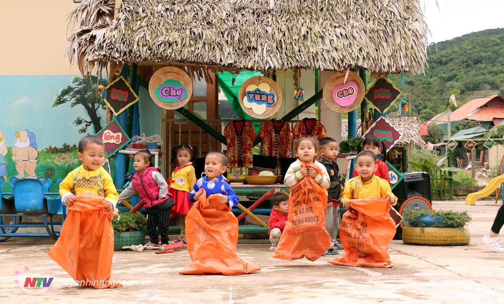 Ngoài các hoạt động trải nghiệm tìm hiểu vốn văn hóa truyền thống của các dân tộc, thì trẻ còn được chơi các trò chơi vận động để rèn luyện sức kẻo như: kéo ko, nhảy bao bố, nhảy sạp, tung còn…