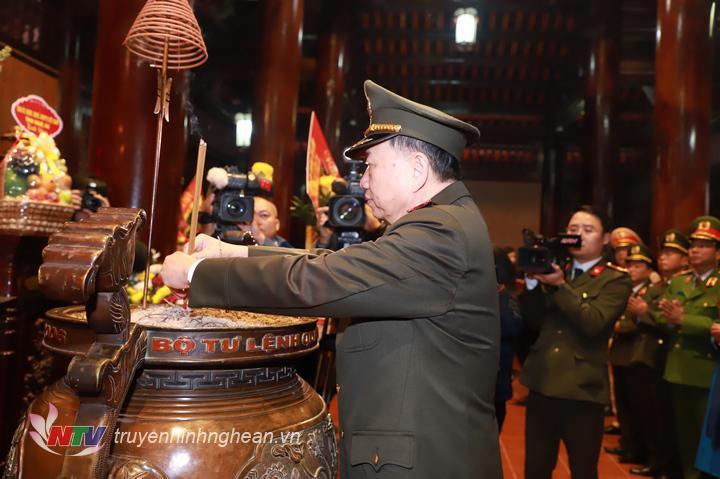 Đại tướng Tô Lâm - Ủy viên Bộ Chính trị, Bộ trưởng Bộ Công an dâng hương tưởng niệm Chủ tịch Hồ Chí Minh.