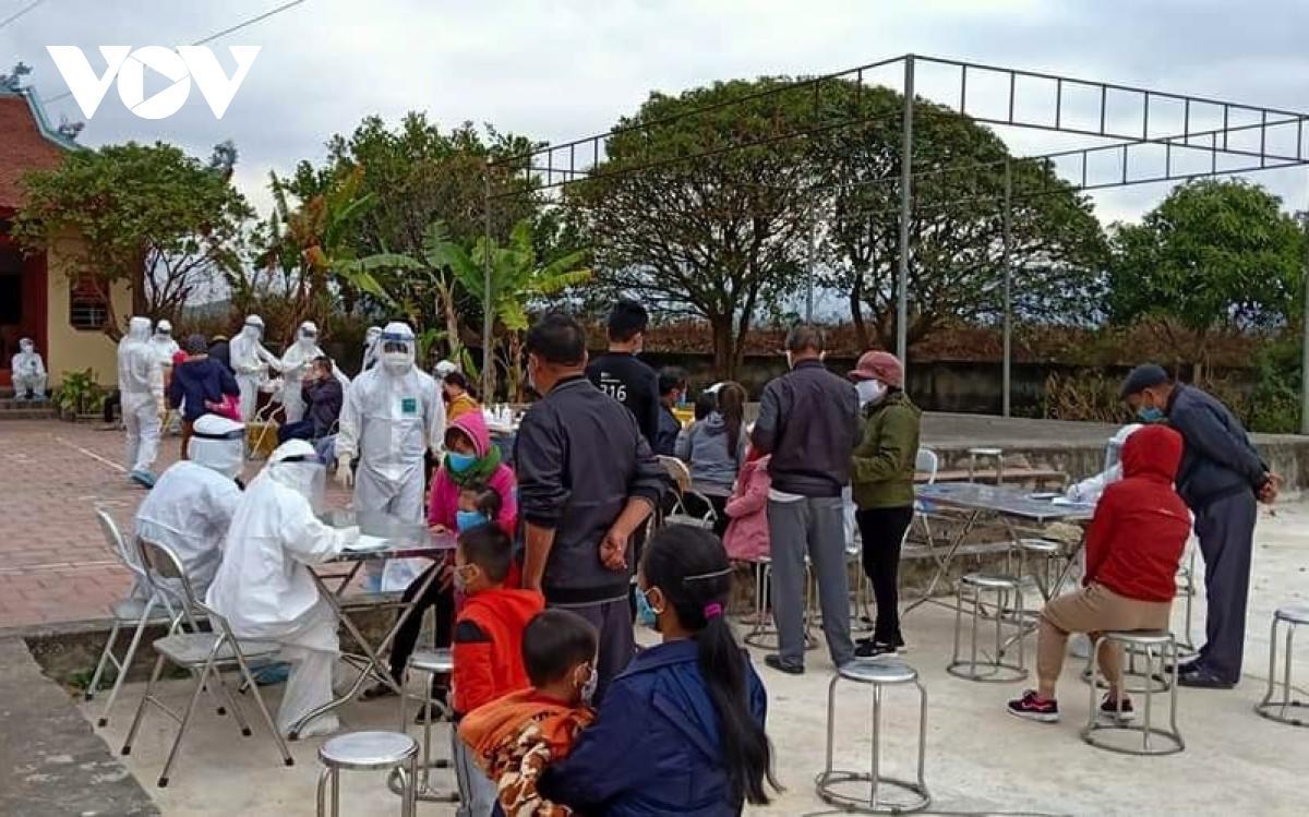 Tính đến 9h sáng ngày 28/1, Trung tâm kiểm soát bệnh tật tỉnh Quảng Ninh lấy mẫu xét nghiệm các trường hợp liên quan đến bệnh nhân 1553.